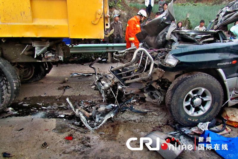 死亡的人???-yf_与爆胎停在路中的一辆大货车猛烈追尾相撞,当场造成猎豹车内的6人死亡