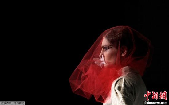 2011年11月27日,第比利斯时装周上,模特展示格鲁吉亚设计师的作品蝴蝶掩嘴造型奇特。