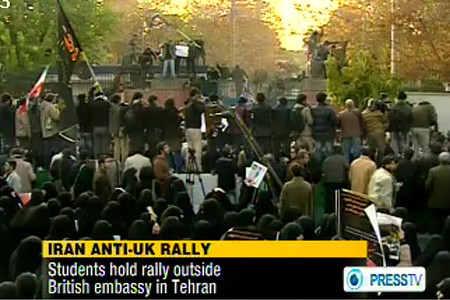 伊朗示威者聚集在英国大使馆前(电视画面截图)