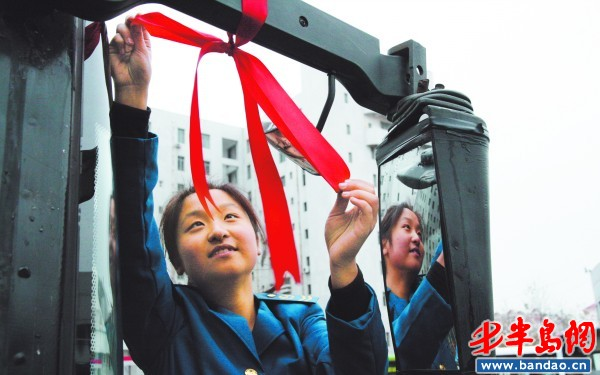 公交二公司的陈乐乐给公交车系上了红飘带