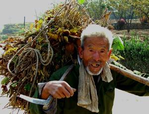 【中国经营网综合报道】据南方日报报道,11月28日,我国首个《中国农民状况发展报告》发布,报告显示,农民对贫富差距感受颇深,尊严感很低。