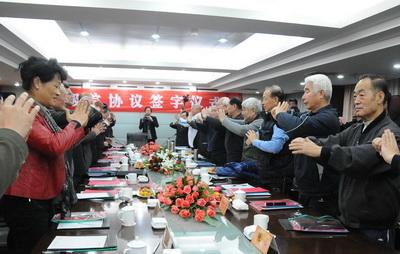 """在国家体育总局武术研究院专家委员会2011年年会上,大家互致""""抱拳礼""""。"""