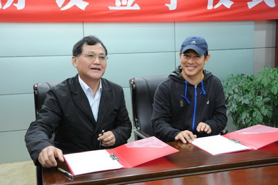 国家体育总局武术研究院院长高小军(左)与李连杰签署《太极院合作协议》。