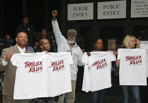 """杰克逊粉丝高举写着""""Thriller Killer""""的T恤"""