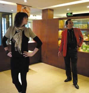 伊莫金·希普和男友每天背着包走在杭州的大街小巷