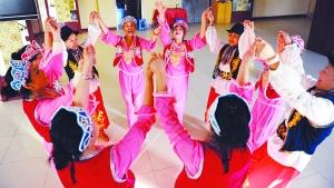歌舞象征着锡伯族健康向上的生活状态。