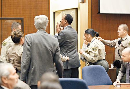 离开法庭时,默里再向家人及女友送上飞吻。