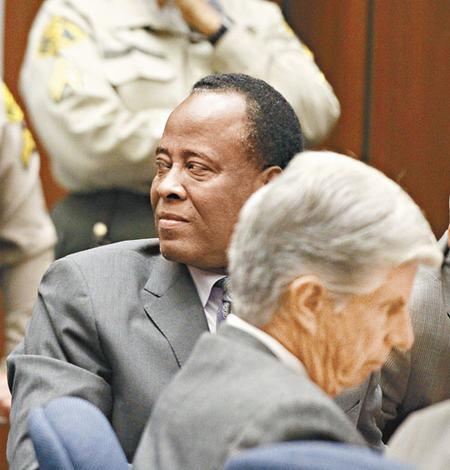 默里得悉判刑结果后,回头向母亲及女友报以微笑。