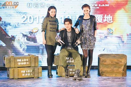 周杰伦与白冰(左)、林鹏(右)为《逆战》在北京造势。