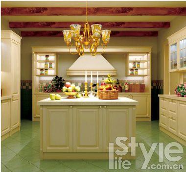 3.高低错落的设计适合小型岛台,小巧却功能不减。首先是储物,两边橱柜设计可以在内部放很多物品;高部分适合站立时使用,备餐、闲聊、PARTY低部分适用于坐在椅子上,饭桌、书桌一举两得。 4.虽然西厨的空间是完全开放式的,但如果你想让厨房和餐厅、客厅有界限,则可以利用欢聚区的岛台设计达到欲隔未隔的效果。