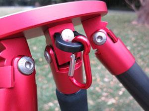 脚架上还带有一个挂钩装置,可以将背包等物品挂上以防丢失,还能增加三脚架的稳定性。