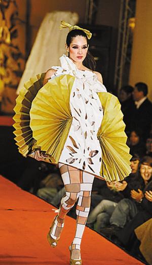 玻利维亚时装设计师玛丽昂·马塞多用旧报纸,塑料袋,废弃光盘,饮料瓶