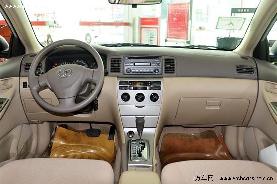 从外观上看,2011款花冠EX几乎没有任何变化,当然你可以理解为旧款花冠EX已经是一款相当完美的紧凑级车款。无论是在进气格栅还是车头灯、车尾灯,保险杠式样,都是维持了旧款的基本特色,只是低配车型在塑料轮毂装饰盖上进行了升级。一汽丰田小改款花冠EX全系车型增加了红色车漆供消费者选择。
