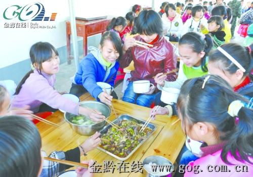 荔波56所小学建食堂近万学生吃上热午餐(图)图片
