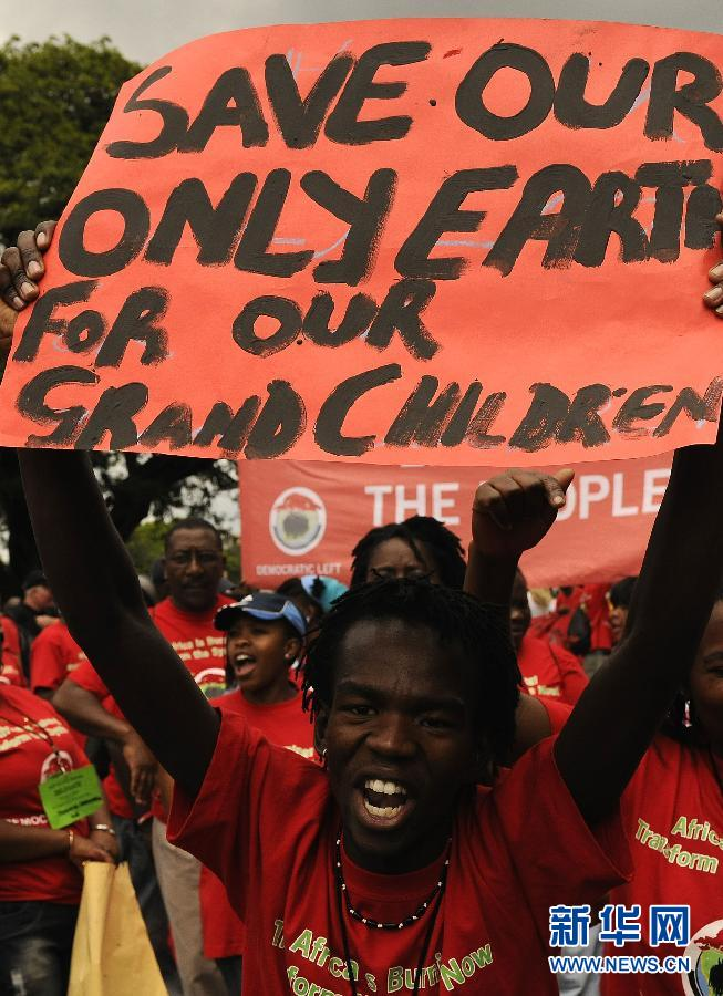 12月3日,环保主义者在英国首都伦敦举行示威,响应正在南非德班召开的世界气候大会,抗议世界上最富裕的7%人口占用全球50%的碳排放量。新华社发(高塔姆摄)