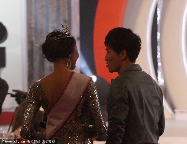 图文:刘翔出席晚宴频遭搭讪 环球小姐罗紫琳