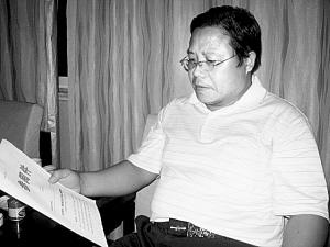 """当本报记者要求""""闫沛东""""出示曹操墓""""造假""""铁证时,他却言辞躲闪。 本报记者 王彬 丁宝军 摄于2010年8月27日"""