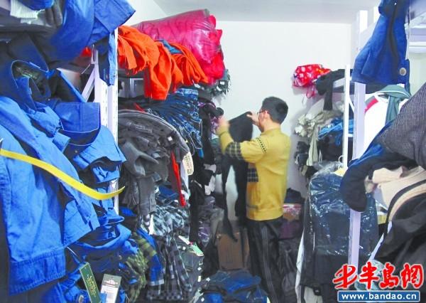刘君正在整理网店的货物。