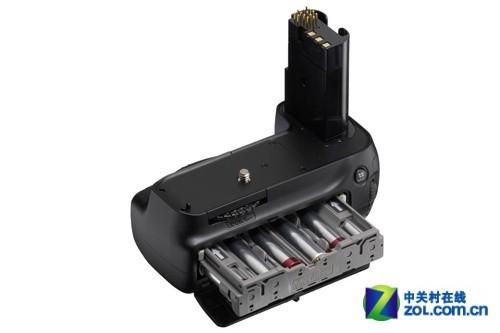 尼康D80的手柄除了多装一节电池只剩下了提升竖排手感的作用