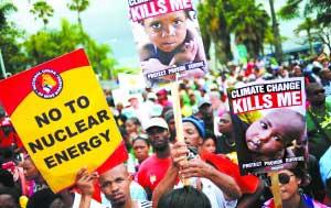12月3日,南非德班,第17届联合国气候大会第一周会程已接近尾声。由数千人组成的示威游行队伍涌上德班街头。这是本届气候峰会规模最大的游行队伍,参与的群众通过标语口号,要求谈判各方充分听取普通民众呼声,尽快达成协议。CFP供图