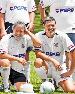 2005年3月12日,巴西球星苏格拉底(右)与当时的巴西总统卢拉在一场友谊赛后合影。