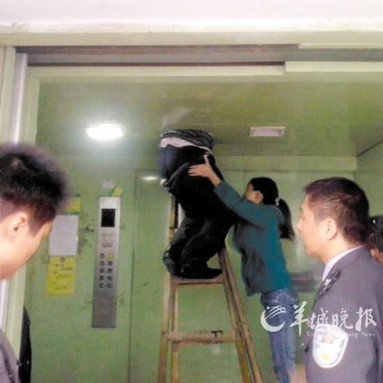 男子偷窃被卡电梯现场