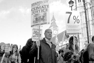环保主义者3日在伦敦举行示威,响应正在德班召开的世界气候大会,抗议世界上最富裕的7%人口占用全球50%的碳排放量 新华社 发