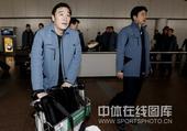 图文:中国男排抵京回国 周建安走出机场