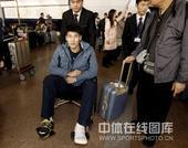 图文:中国男排抵京回国 陈平坐着轮椅