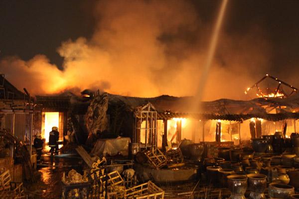 花卉市场10余间房屋起火 幸无伤亡(图)