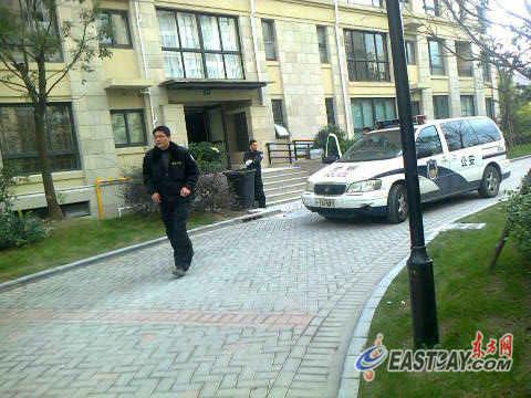 图片说明:事发后,警方紧急赶往现场调查。