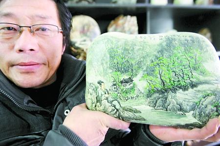 ...石彩绘工艺品.他借助淇河石头的天然造型纹理,通过彩绘,把普...