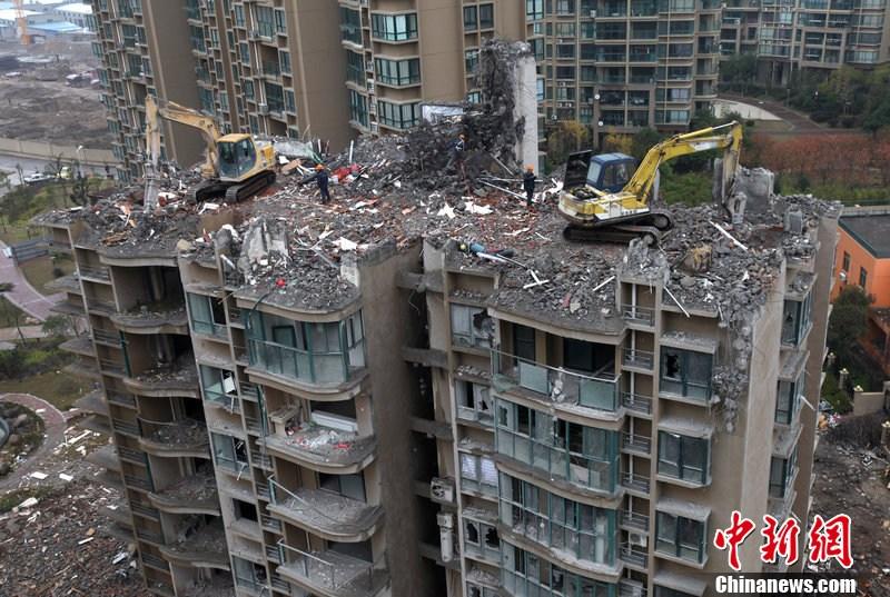 一个月前,该高层住宅楼所在位置出现严重不均匀沉降,导致房屋的一根