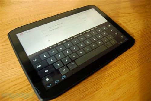 Xoom2 虚拟键盘的按键足够大,尽可能的避免了按错键的情况;不过在横屏使用时点触中部的按键有些不便,还是 SwiftKey Tablet X 这样的分体式键盘比较好用。