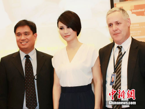 尚雯婕现身联合国驻华使馆