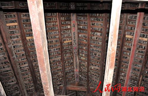 圆通寺大殿里屋顶维修记录清晰可见