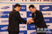 图文:三星杯元晟溱首夺冠军 古力接受亚军奖杯