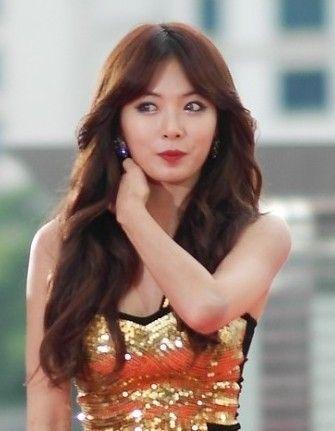 近年似乎韩国女明星都只是卷度的描绘眼妆,让整个妆容显得非常轻盈.图片
