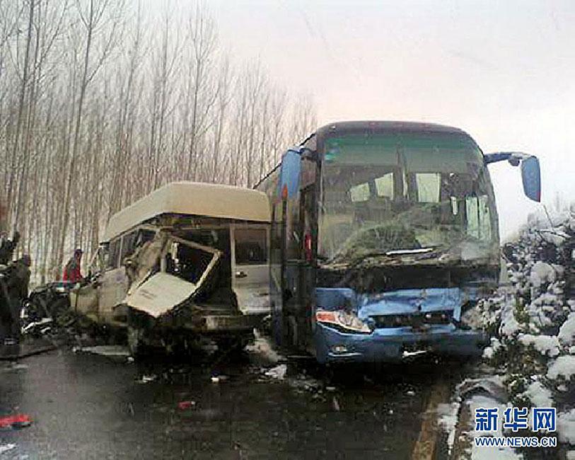 山东济青高速数十辆车连环相撞