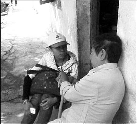 志愿者关爱贫困老人 -志愿者为孤寡老人送生活用品图片