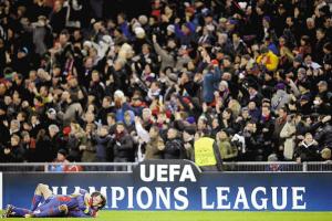 巴塞尔球员在欧冠的条幅前庆祝胜利。图片均由路透社发