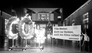 环保者在德国总理府前烧起二氧化碳字样,呼吁关注全球变暖 图IC