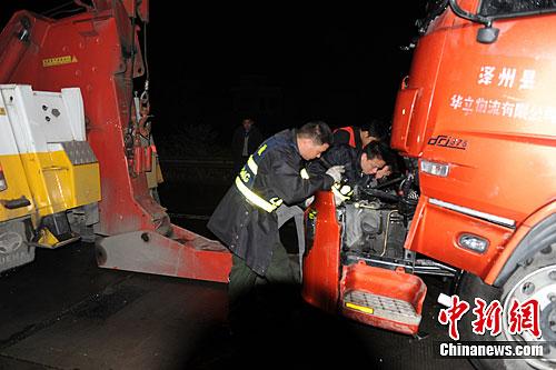 京珠高速郴州段5车连环相撞