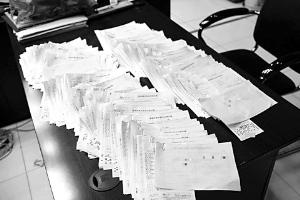一大摞中奖票让七八个兑奖工作人员忙活了长达六个半小时。江苏体彩供图