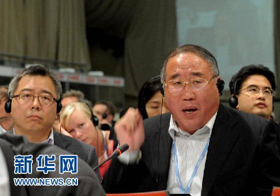 12月11日,在南非德班,中国代表团团长、国家发展和改革委员会副主任解振华(前右)在德班气候大会的全会上发言。 新华社记者 李启华