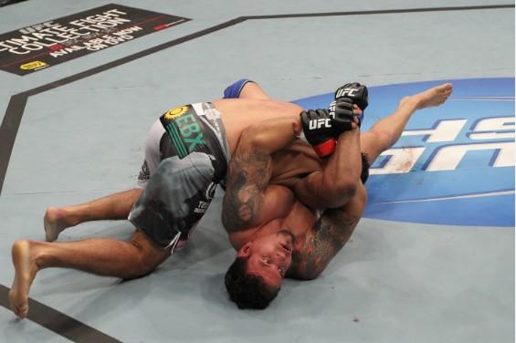北京时间12月11日10时,UFC140在加拿大多伦多航空中心顺利结束。重量级对决中,弗兰克-米尔(Frank Mir) 再次与安东尼奥-罗德里戈-诺盖拉(Antonio Rodrigo Nogueira)交锋。   早在UFC92中两人就有过交手,当时弗兰克第二回合直接KO对手,成功夺取了当时的重量级冠军腰带。   比赛开始后牛头人率先进入状态,控制米尔在笼边。双方也展开了长时间的纠缠战。牛头人突然发力,连续重拳险些击晕米尔,就在牛头人准备降服米尔时风云突变,米尔反控制住牛头人,直接降服诺盖拉。上演