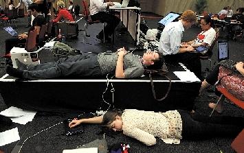 11日凌晨,在南非德班,参与联合国气候变化大会的代表们十分疲惫,席地而睡。 图/东方IC