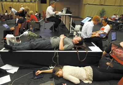 11日,德班,因为通宵达旦的谈判,一些工作人员就躺在地上休息。当天,在谈判十余天后,联合国气候变化大会终于达成协议。