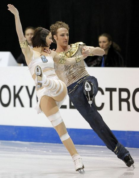 图文:总决赛冰舞自由舞 法国组合动作一致