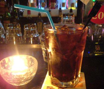 长岛冰茶(the long island ice tea)基酒:辛辣琴酒,伏特加,朗姆姆酒,龙舌兰,柑香酒